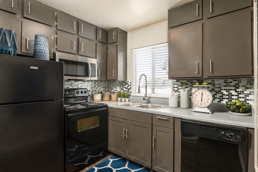 full modern kitchen at The Beverly Apartments Orlando